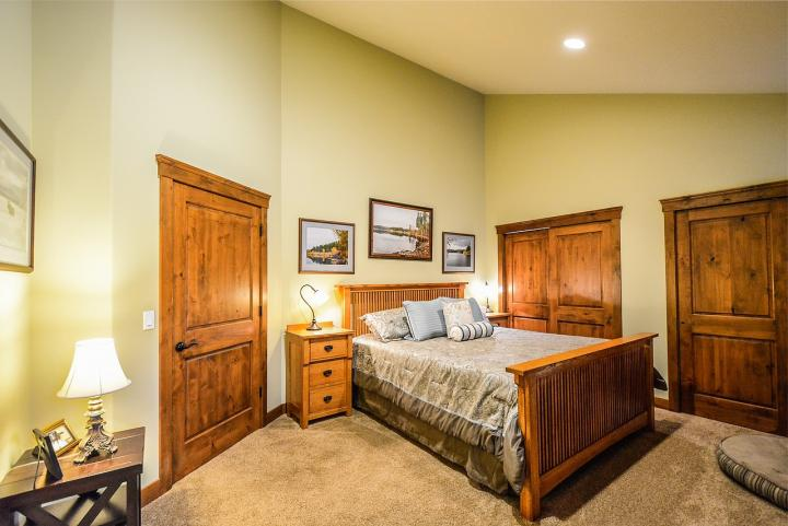 Łóżko oraz szafa, w sypialni