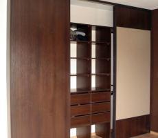 Na zdjęciu: Garderoba trzyskrzydłowa otwarta