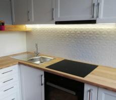 Na zdjęciu: Kuchnia jasna-szeroki kąt
