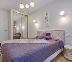 Szafa w sypialni z fioletowym posłaniem